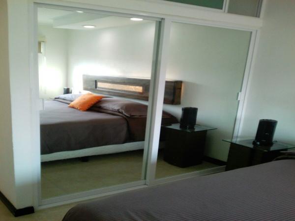 closets puertas de aluminio y espejo, iluminación para lectura