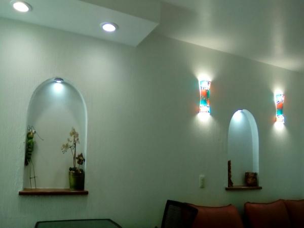 detalle de nichos en espacio de sala - comedor