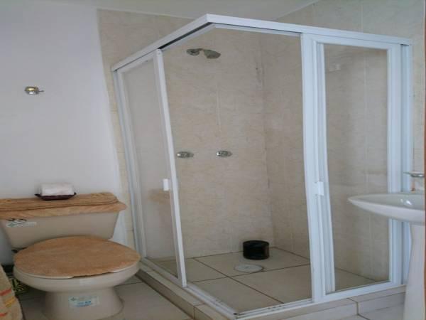 Baño de servicio completo y cómodo