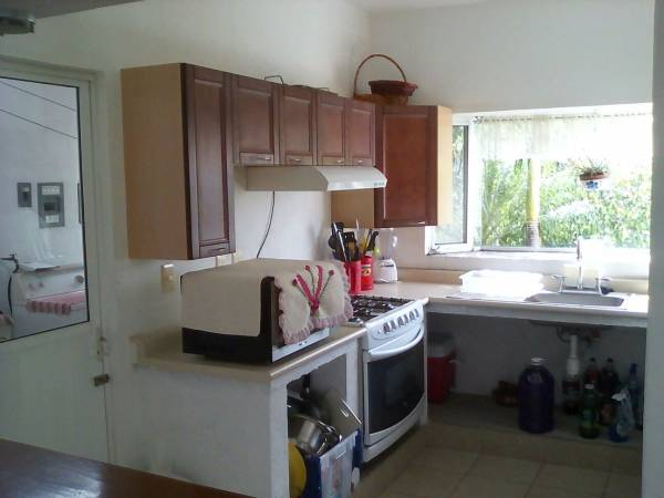 la cocina tiene vista hacia el frente de la casa, está equipada.